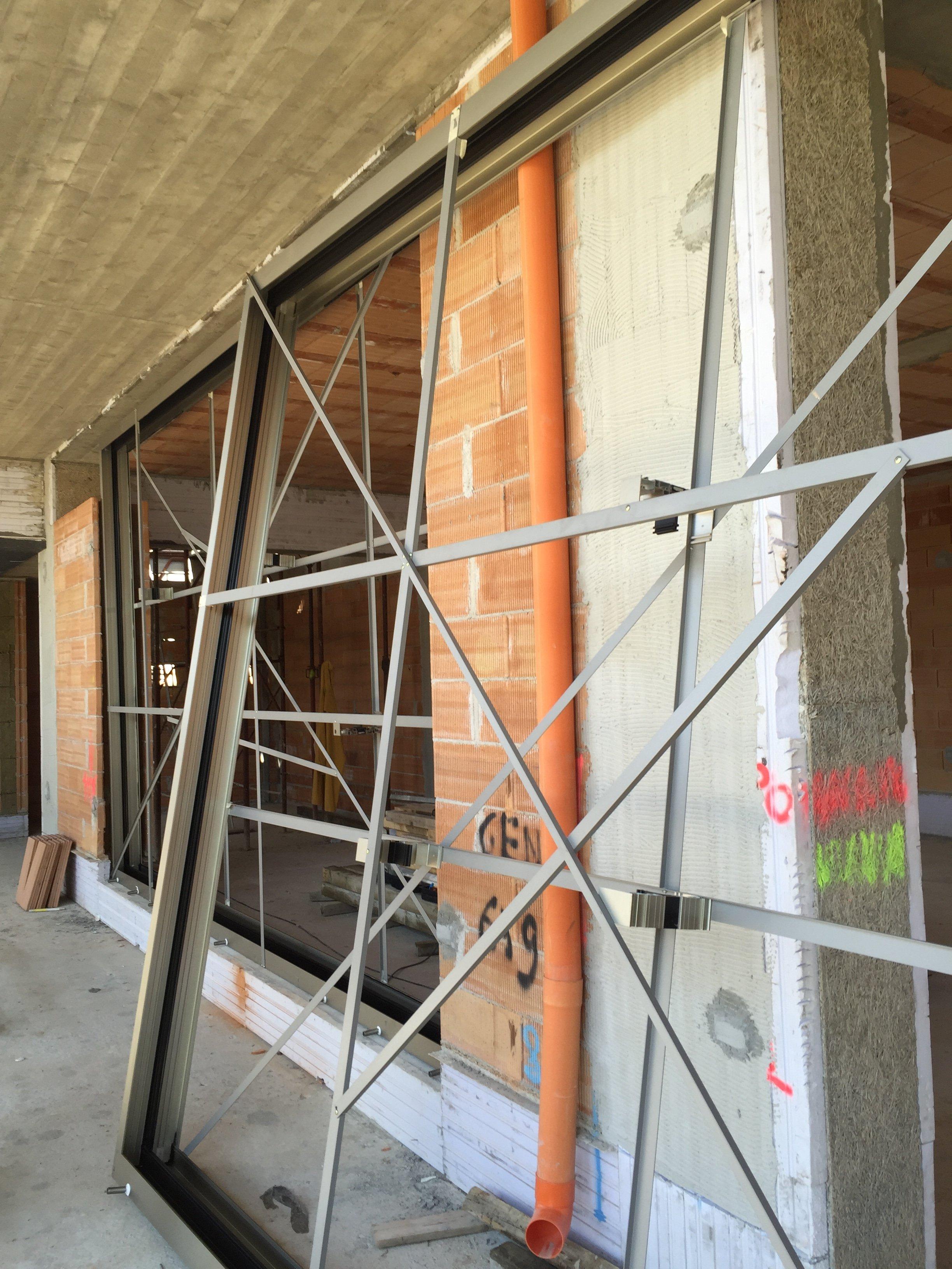 Come Montare Un Controtelaio posa in opera delle vetrate scorrevoli di grandi dimensioni